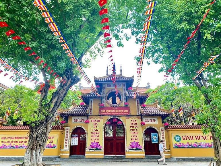 Tam quan chùa Quán Sứ, trụ ở của Trung ương GHPGVN