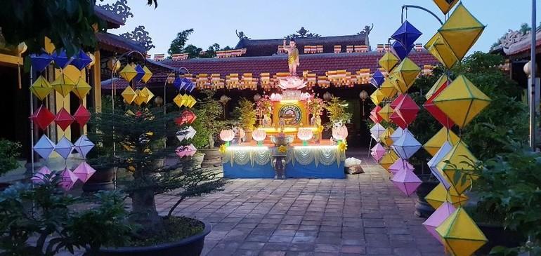 Trang hoàng lễ đài Phật đản ở tổ đình Kim Tiên