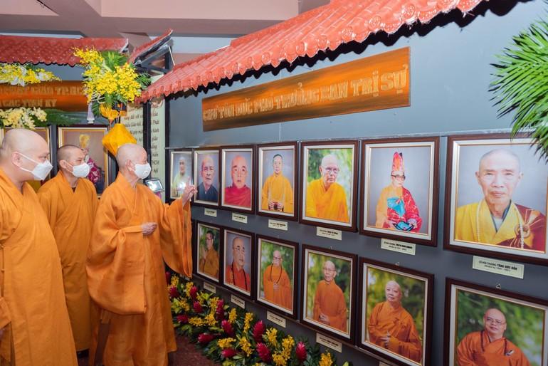 Trưởng lão Hòa thượng Thích Trí Quảng tham quan triển lãm - Ảnh: Đăng Huy