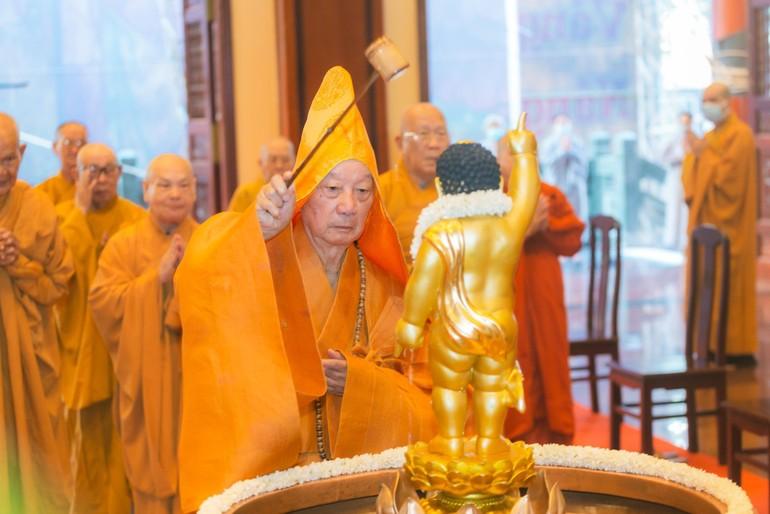 Thiêng liêng lễ Tắm Phật tại Việt Nam Quốc Tự, mở đầu Đại lễ Phật đản Phật lịch 2565