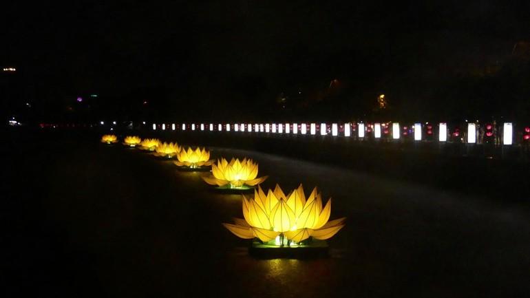 7 đóa sen Phật đản được thắp sáng trên kênh Nhiêu Lộc (trước Quan Âm tu viện) đã trở thành hình ảnh quen thuộc báo hiệu bắt đầu mùa Phật đản ở TP.HCM