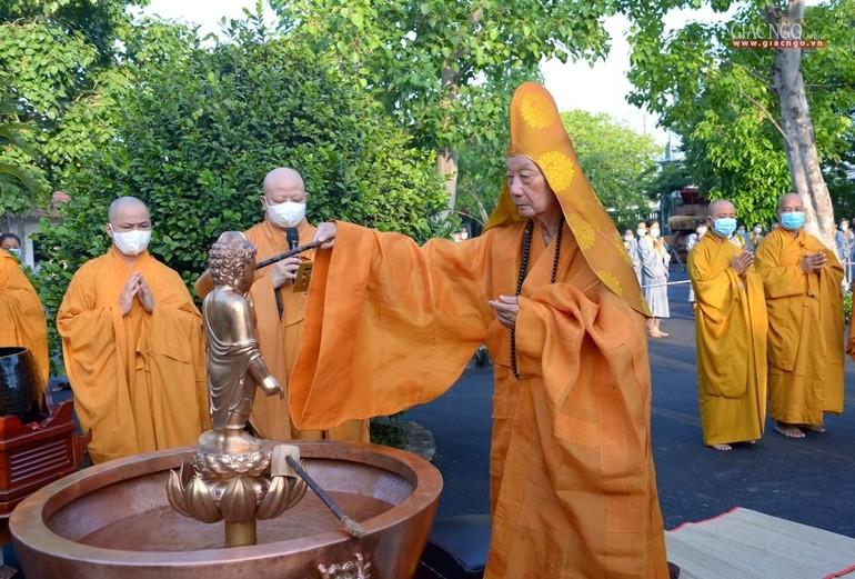 Hòa thượng Viện chủ cử hành nghi thức Tắm Phật