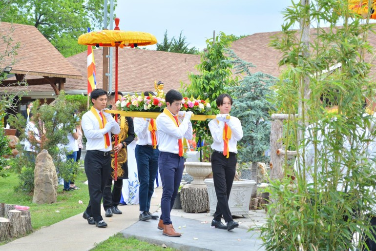 Kính mừng Đức Thế Tôn đản sinh, chép kinh Pháp Hoa cầu nguyện
