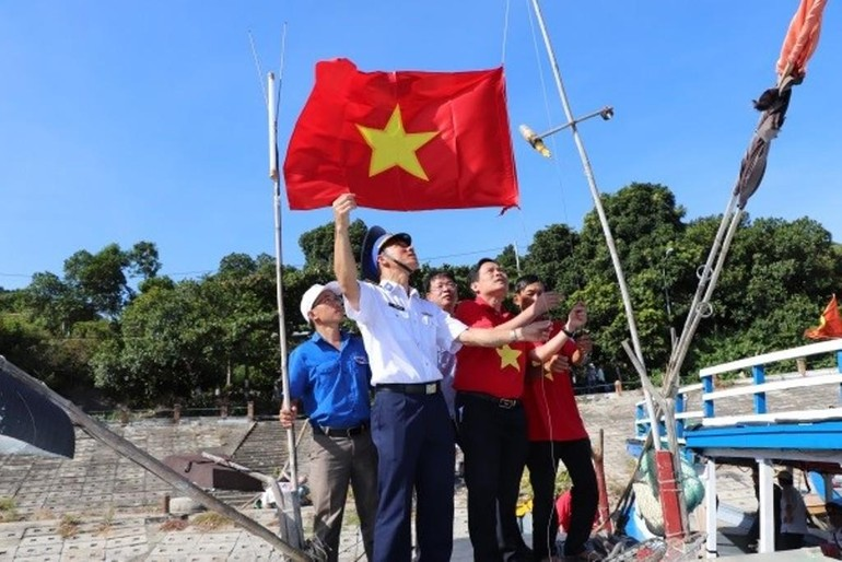 """""""Một triệu lá cờ Tổ quốc cùng ngư dân bám biển"""" tại đảo Cù Lao Chàm, tỉnh Quảng Nam - Ảnh: Trần Thường"""