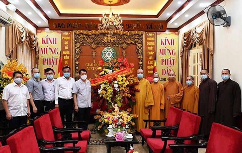 Phái đoàn Bộ Công an tặng hoa chúc mừng Đại lễ Phật đản