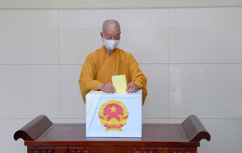 Trưởng lão Hòa thượng Thích Trí Quảng bỏ phiếu bầu cử - Ảnh: Bảo Toàn/BGN