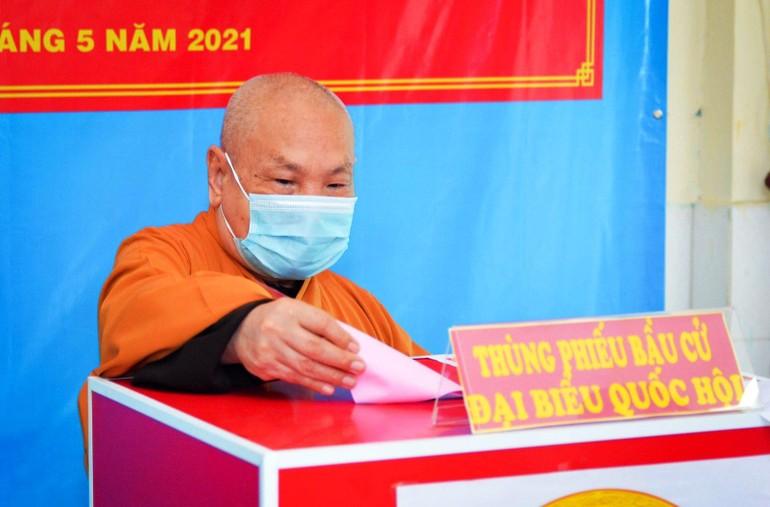 Hòa thượng Chủ tịch Hội đồng Trị sự GHPGVN bỏ phiếu tại điểm bầu cử số 47 (quận 3) - Ảnh: Công Minh