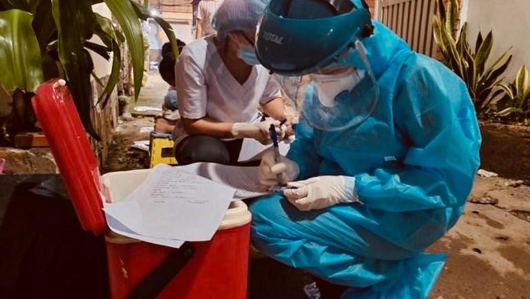 Trung tâm Y tế quận Gò Vấp lập danh sách, chuẩn bị lấy mẫu xét nghiệm các trường hợp liên quan tại nơi sinh hoạt của nhóm giáo phái truyền giáo Phục hưng - Ảnh: HCDC