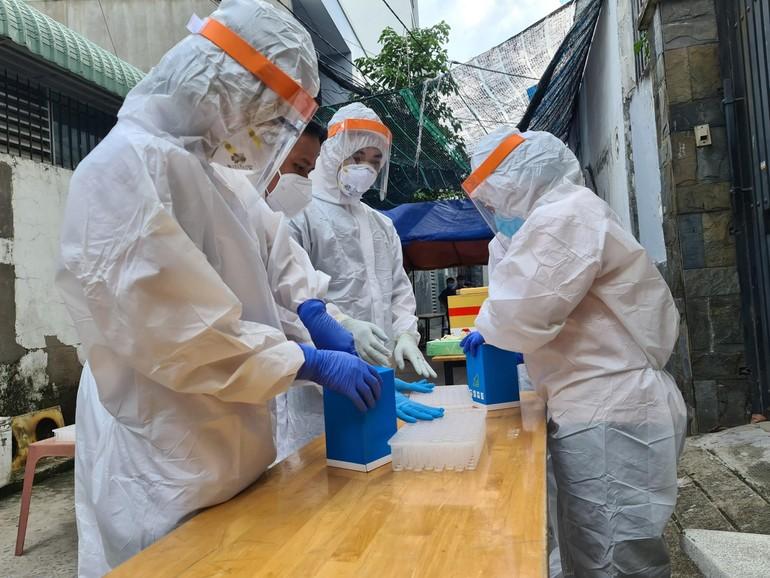 Tổ chức lấy mẫu xét nghiệm ở các địa điểm liên quan đến ca nhiễm mới tại quận Gò Vấp - Ảnh: HCDC