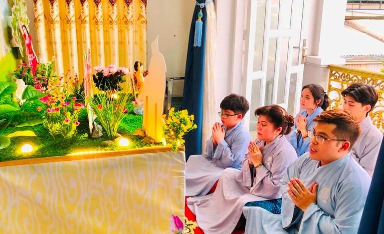 Gia đình Phật tử Sỹ Hoàng (TP.Thủ Đức) niệm Phật cúng dường Phật đản
