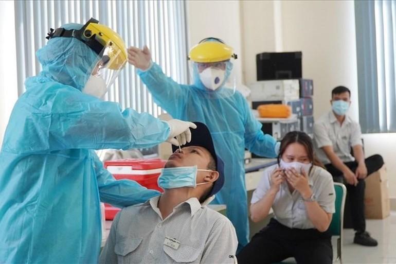 Lấy mẫu xét nghiệm Covid-19 tại khu chế xuất Tân Thuận - Ảnh: Chân Phúc