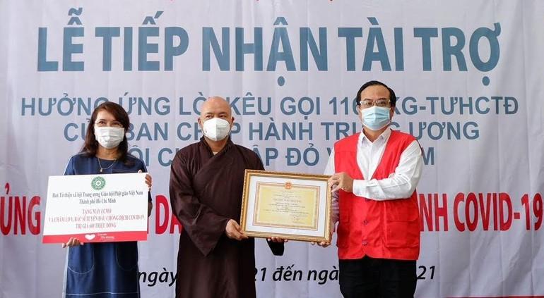 Thượng tọa Thích Thanh Phong trao bảng tượng trưng hỗ trợ mua máy ECMO và máy thở điều trị bệnh nhân Covid-19