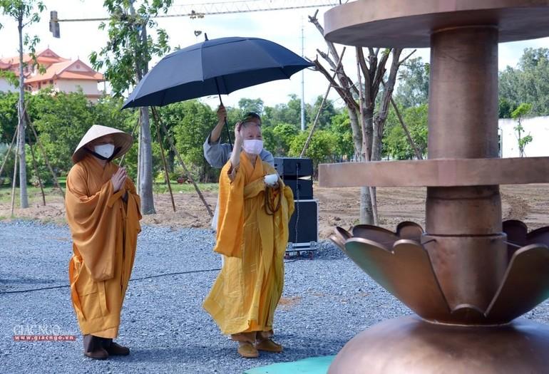 Trưởng lão Hòa thượng Thích Trí Quảng cầu nguyện tại công trình xây dựng chánh điện trong khuôn viên cơ sở 2 Học viện Phật giáo VN tại TP.HCM
