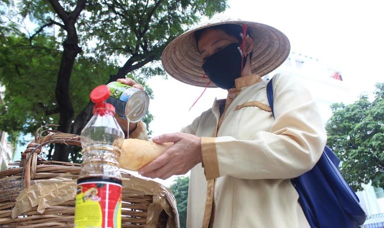 Bánh mì miễn phí tự phục vụ chia sẻ với người khó khăn ở đường Xô Viết Nghệ Tĩnh - quận Bình Thạnh