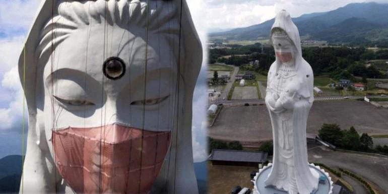 Con người đã leo lên để gắn khẩu trang vào tượng Bồ-tát Quán Thế Âm ở một ngôi chùa tại Nhật Bản - Ảnh: CBS