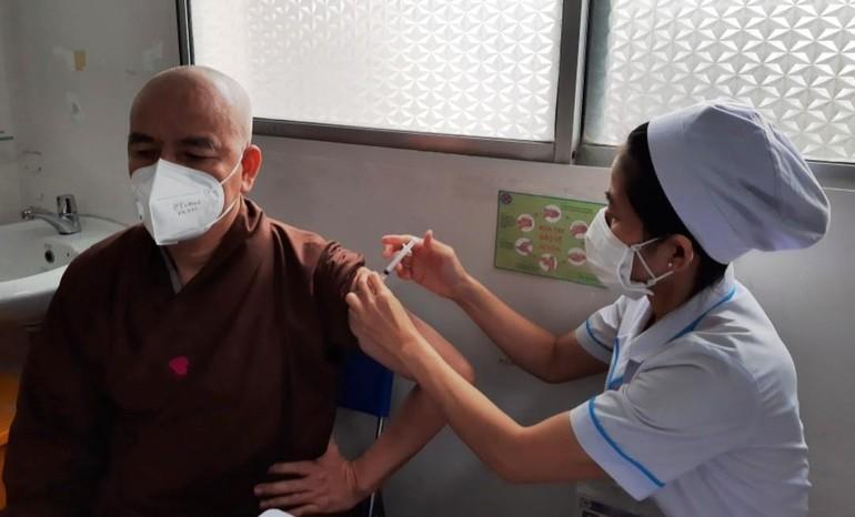 Nhân viên y tế Bệnh viện Hùng Vương tiêm vắc-xin chiều 22-6