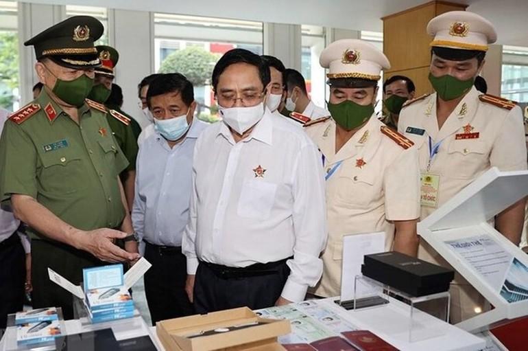 Thủ tướng Phạm Minh Chính tham quan trưng bày các trang thiết bị phục vụ dự án Cơ sở dữ liệu quốc gia về dân cư - Ảnh: TTX