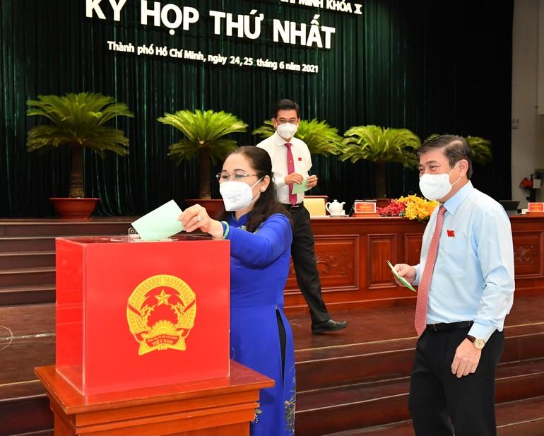 Các đại biểu bỏ phiếu bầu các chức danh HĐND, UBND TP.HCM nhiệm kỳ 2021-2026 - Ảnh: SGGP