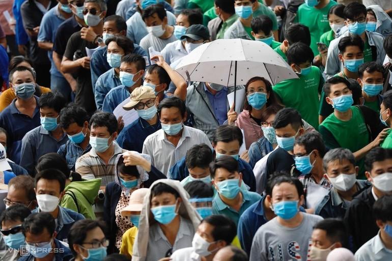 Khoảng 9.200 người là lao động, công nhân viên chức... của thành phố đã đến Nhà thi đấu Phú Thọ, quận 11, TP.HCM, để tiêm vắc-xin Covid-19, chiều 24-6 khiến nhiều người lo lắng - Ảnh: VnExpress