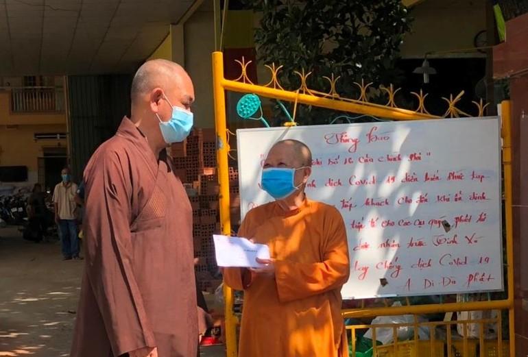 Thượng tọa Thích Huệ Công trao hỗ trợ tịnh xá Ngọc Quang trong việc chăm sóc người già neo đơn