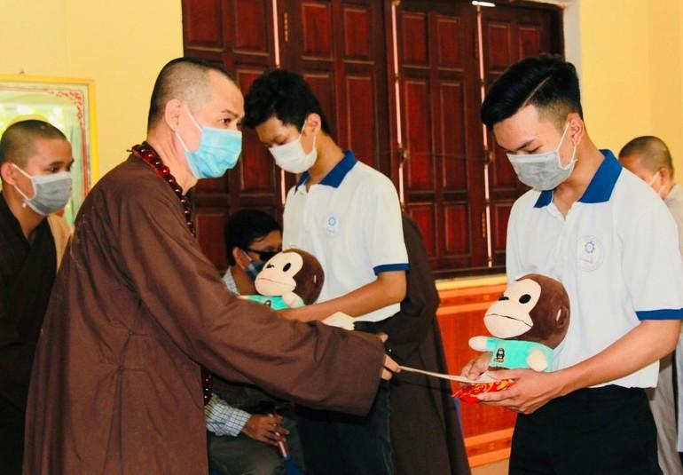 Thượng tọa Thích Minh Trí, Trưởng ban Trị sự GHPGVN TP.Biên Hòa trao học bổng đến các em