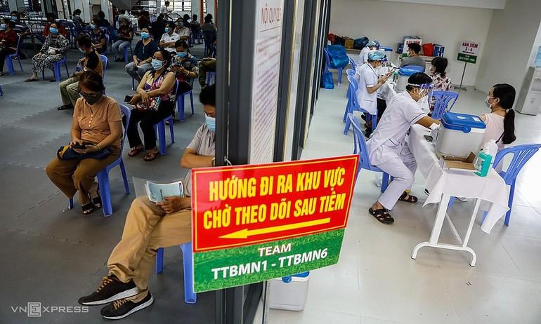 Tiêm vắc-xin Covid-19 tại TP.HCM trong chiến dịch tiêm chủng đợt 4 - Ảnh: Hữu Khoa