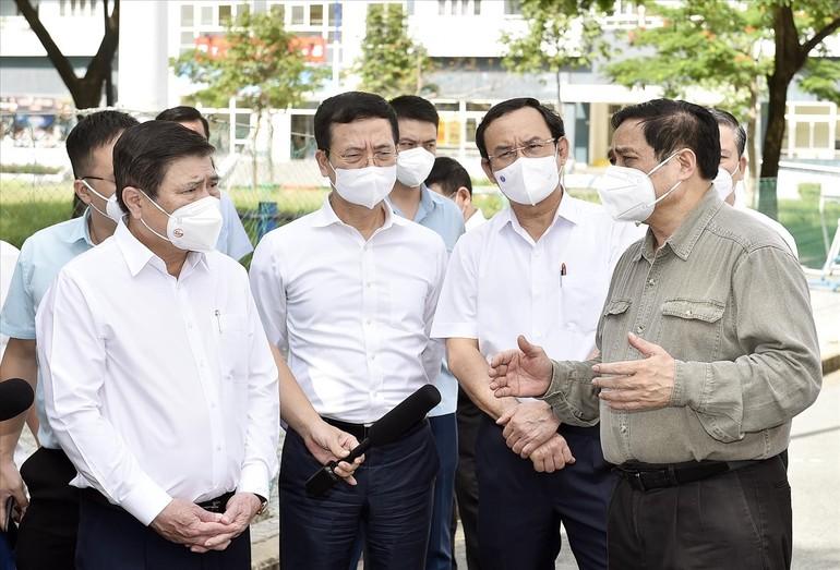 Thủ tướng Phạm Minh Chính kiểm tra và chỉ đạo công tác phòng, chống dịch Covid-19 tại TP.HCM hôm 26-6 - Ảnh: VGP/Nhật Bắc