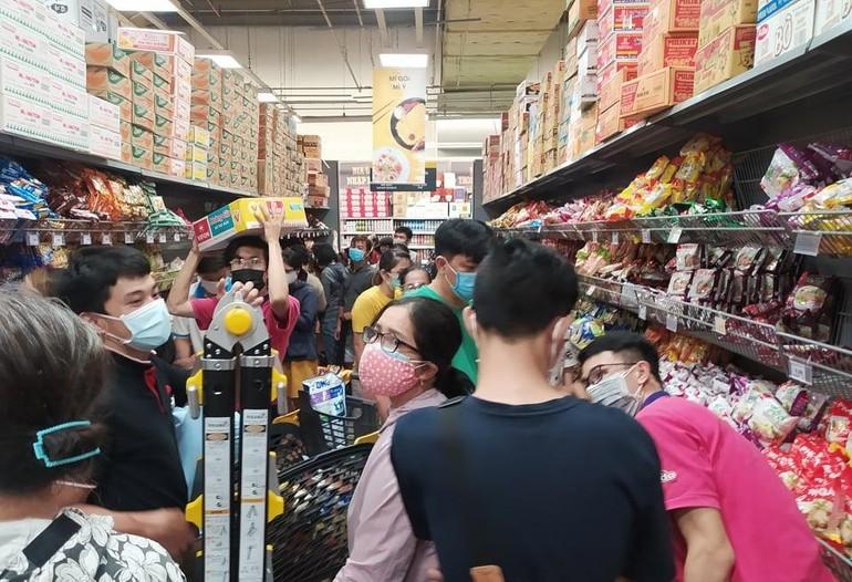 Nhiều người dân TP.HCM đổ xô đến siêu thị để mua hàng chiều 6-7-2021 (Ảnh: TNO)