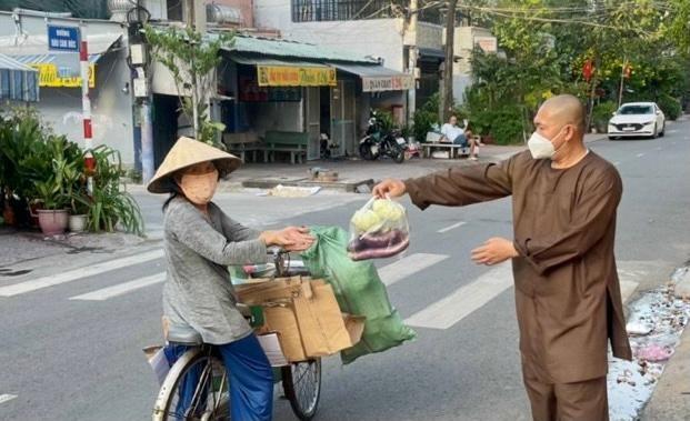 Thượng tọa Thích Lệ Quang tặng quà đến người lao động nghèo trong mùa giãn cách