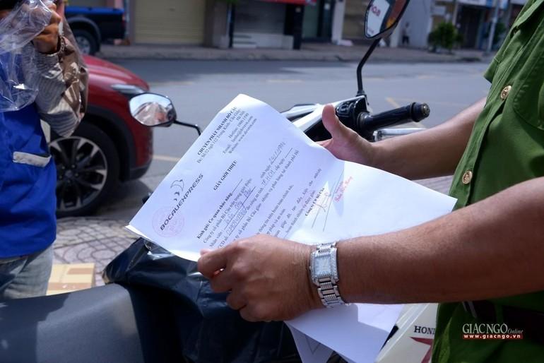 Từ 0g ngày 9-7-2021, TP.HCM thực hiện giãn cách theo Chỉ thị 16, người dân đi ra đường có thể bị kiểm tra và xử phạt nếu không có lý do chính đáng - Ảnh: Bảo Toàn
