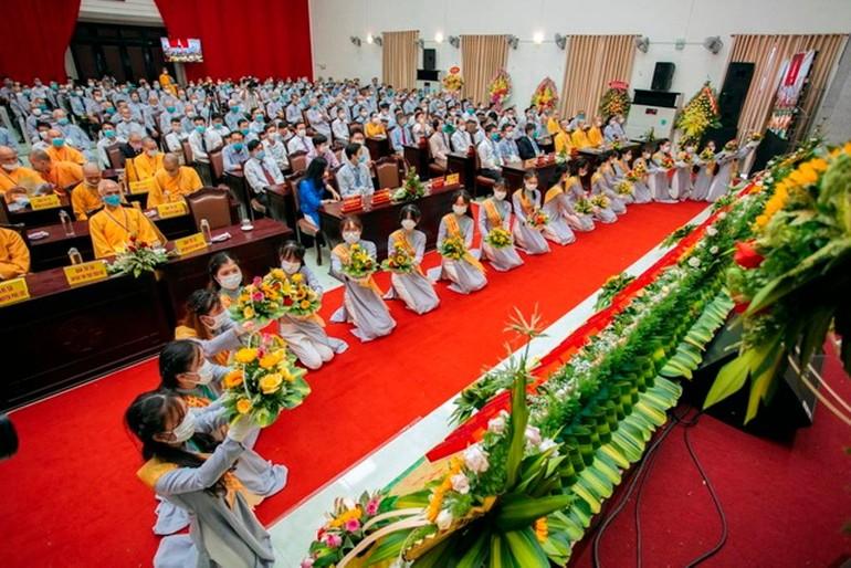 Múa dâng hoa chúc mừng - Ảnh: Ban TTTT PG H.Phú Vang