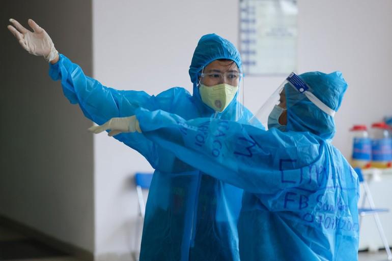 Tình nguyện viên tham gia phục vụ phòng, chống Covid-19 làm việc tại các điểm tiêm vắc-xin- Ảnh: Ngô Trần Hải An