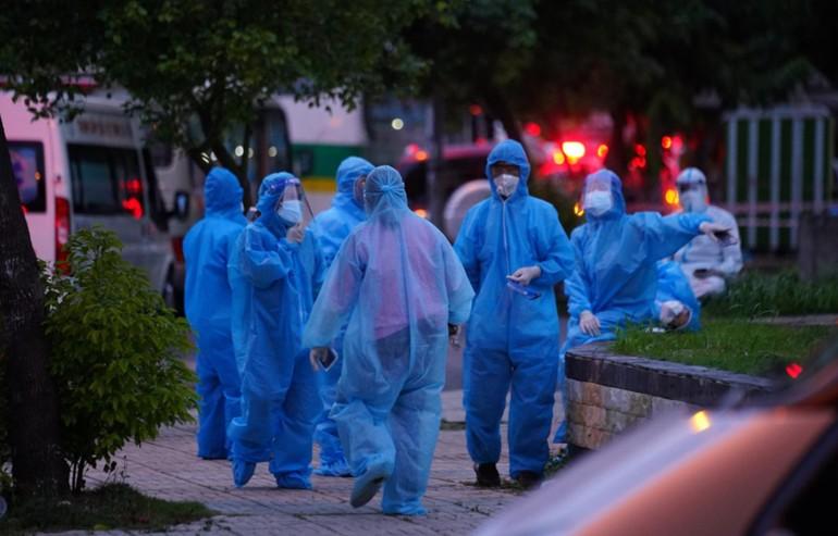 Nhân viên y tế đưa bệnh nhân đến Bệnh viện dã chiến Q.12 - Ảnh: Độc lập