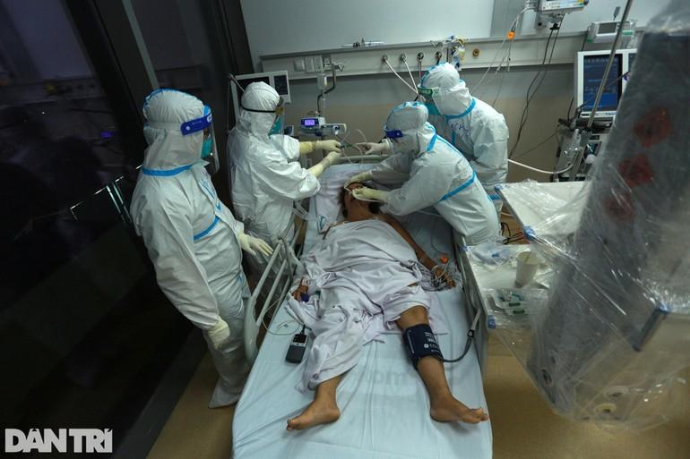 """Bệnh viện hồi sức cấp cứu Covid-19 quy mô 1.000 giường (tại khu nội trú Bệnh viện Ung Bướu TP.HCM cơ sở 2) đi vào hoạt động được hơn một tuần. Gần 20h đêm, hàng chục nhân viên y tế vẫn đang gấp gáp ra vào các phòng điều trị. Đây cũng là """"thành trì"""" đánh chặn Covid-19 cuối cùng tại TPHCM."""