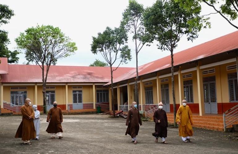 Hòa thượng Trưởng ban Trị sự GHPGVN tỉnh Đắk Lắk và chư tôn đức khảo lại cơ sở bảo trợ xã hội (dưỡng lão) chùa Phổ Minh - Ảnh: Phật giáo Đắk Lắk