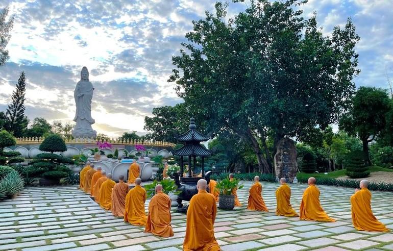 Buổi lễ cử hành vào sáng sớm tại Thánh tượng Bồ-tát lộ thiên trong khuôn viên chùa Huê Nghiêm