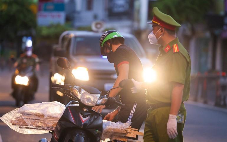 TP.HCM thực hiện nghiêm việc người dân không ra khỏi nhà sau 18 giờ - Ảnh: Ngô Trần Hải An