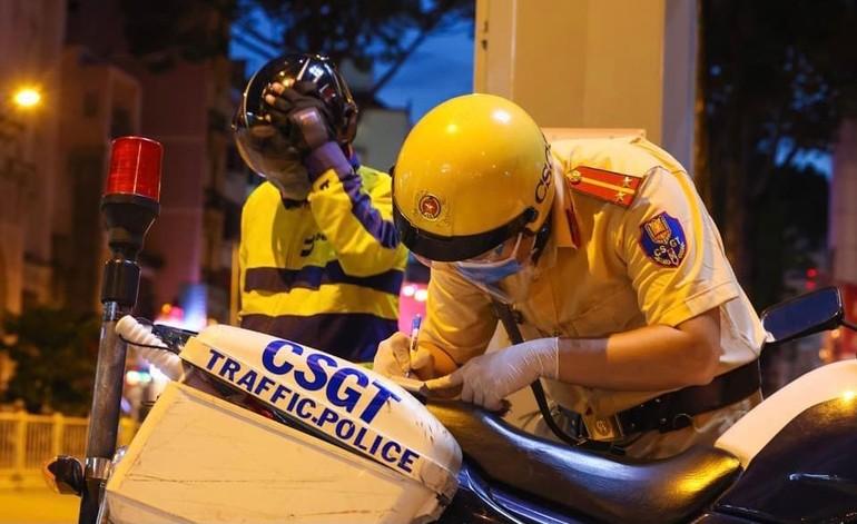 Cảnh sát giao thông xử lý người vận chuyển hàng không phù hợp- Ảnh: Ngô Trần Hải An