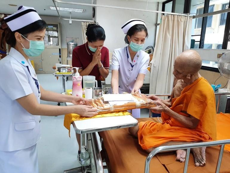 Các điều dưỡng và Phật tử dâng y cúng dường đến một vị Trưởng lão đang điều trị tại bệnh viện dành cho chư Tăng - Priest Hospital tại Thái Lan