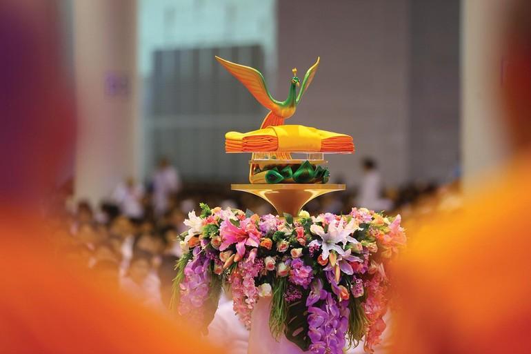 Pháp y ca-sa trong lễ dâng y Kathina lên chưa Tăng tại Thái Lan