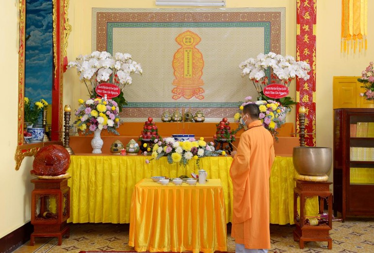 Chư Tăng cử hành nghi thức cúng vong theo truyền thống trưa 11-8 - Ảnh: Bảo Toàn/BGN