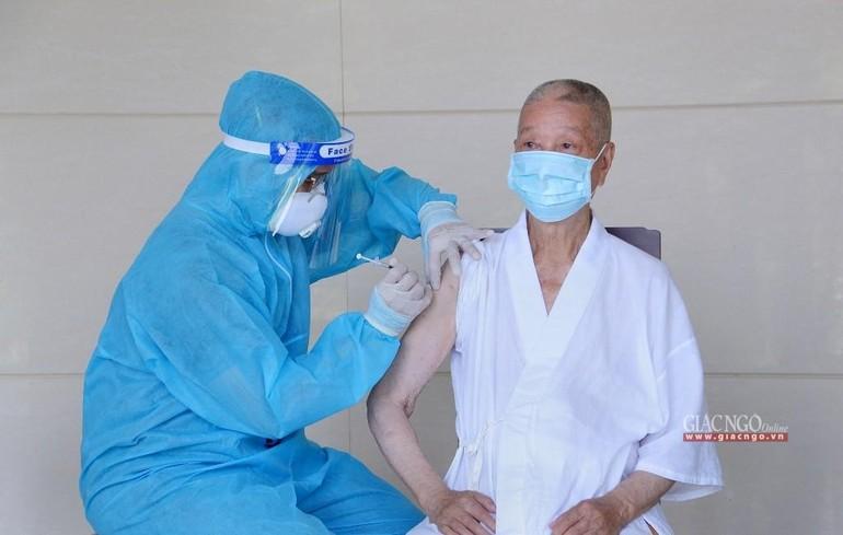 Bác sĩ thực hiện tiêm vắc-xin Covid-19 mũi 1 - Ảnh: Bảo Toàn/BGN
