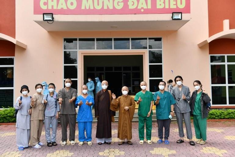 Ban Tổ chức đón tình nguyện viên sau 1 tháng phục vụ tại các bệnh viện trở về - Ảnh: Trí Thông