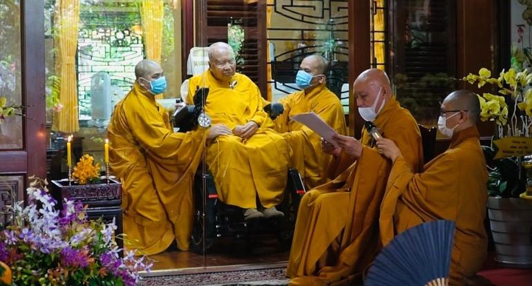Hòa thượng Thích Nhật Quang đại diện môn đồ tứ chúng dâng lời tác bạch