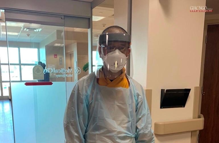 Thượng tọa Thích Tâm Thiện trong một lần đến bệnh viện trợ niệm cho người cận tử lúc dịch Covid-19 đang hoành hành ở nước Mỹ