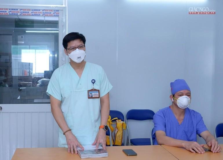 TS.BS Lưu Quang Thùy được điều động đảm nhiệm Phó Giám đốc điều hành Trung tâm Hồi sức tích cực điều trị người bệnh Covid-19 của Bệnh viện Việt Đức tại TP.HCM (TS.BS Thùy đang giới thiệu về trung tâm với đoàn GHPGVN) - Ảnh: Bảo Toàn