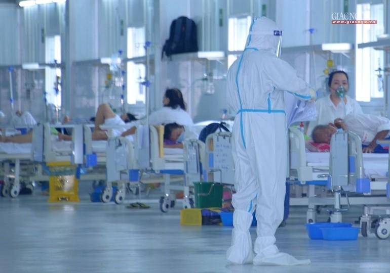Chăm sóc bệnh nhân tại Trung tâm Hồi sức tích cực người bệnh Covid-19 do Bệnh viện Việt Đức điều hành - Ảnh: Bảo Toàn