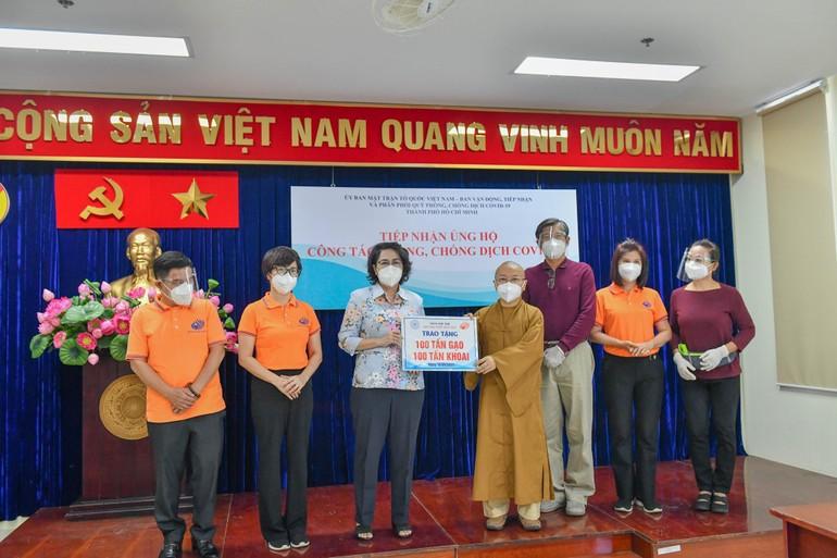 Thượng tọa Thích Nhật Từ trao bảng tượng trưng 100 tấn gạo và 100 tấn khoai đến bà Chủ tịch Ủy ban MTTQVN TP.HCM