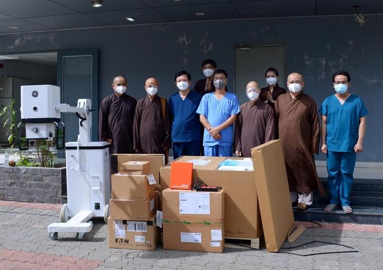 Chư tôn đức và các bác sĩ tại lễ bàn giao máy X-quang Brivo XR115