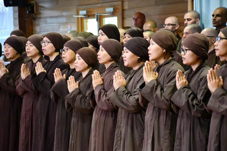 Cầu nguyện là một nghi thức quan trọng trong các tôn giáo - Ảnh: Làng Mai